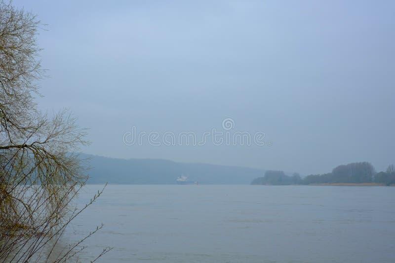 货船遥远的看法在滨海塞纳省的 免版税库存图片