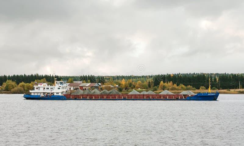 货船` Oka 62 `,伏尔加河,俄罗斯联邦的沃洛格达州oblast 2017年9月29日 用坟墓装载的货船 库存图片