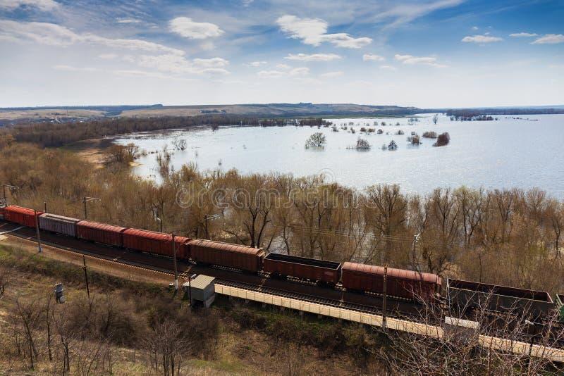 货车、铁货车、运输和铁路,工业运输后勤指导方针 库存图片