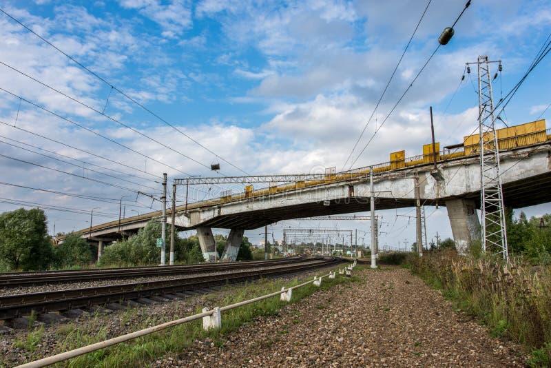 货车乘坐由铁路在路桥梁下 图库摄影