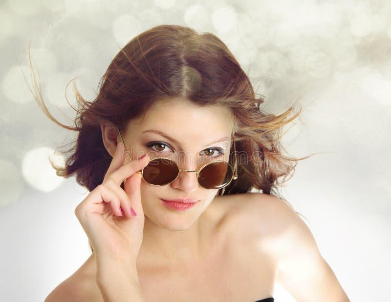 质朴的女孩玻璃看起来优越少年 图库摄影
