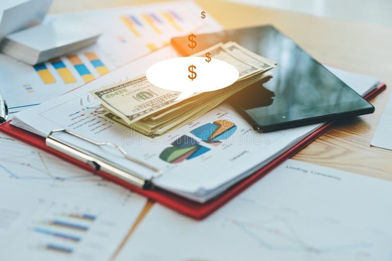 质量商业投机 与白色卡片质量的企业在商人的手上 免版税库存照片
