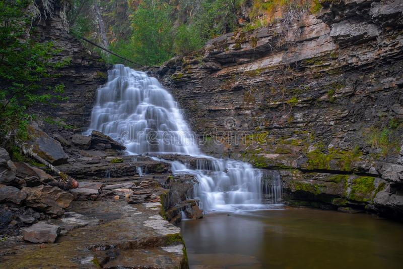 质量瀑布距离射击在翻转者里奇,不列颠哥伦比亚省,加拿大,使水平滑的长的曝光附近的 库存照片