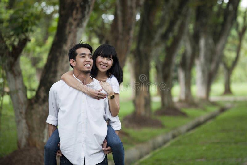 贪心亚洲人回到的夫妇 免版税图库摄影