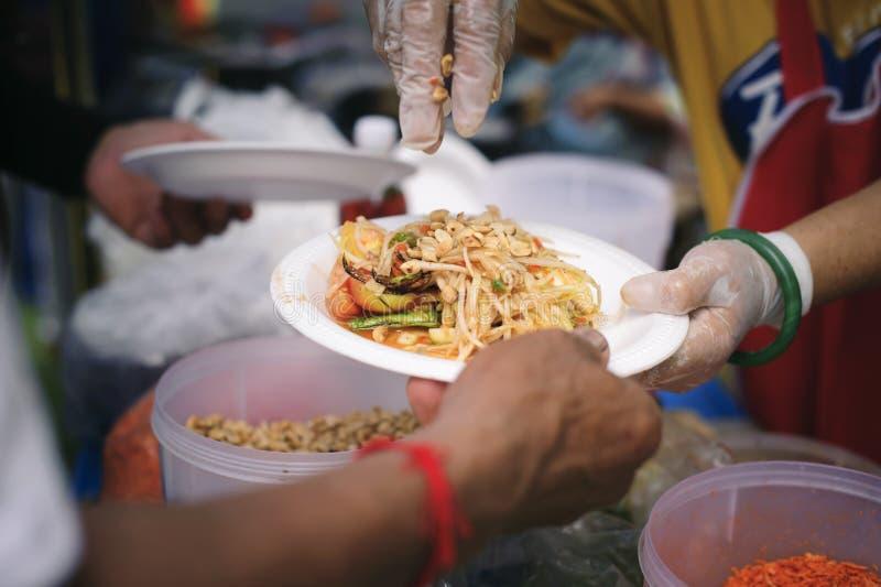 贫寒分享从更加亲切的社会的食物解除饥饿:恶劣人分享的社会概念:概念 免版税库存照片