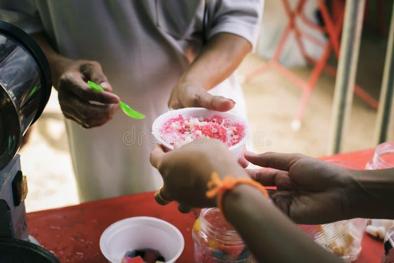 贫寒分享从更加亲切的社会的食物解除饥饿:恶劣人分享的社会概念:概念 免版税图库摄影
