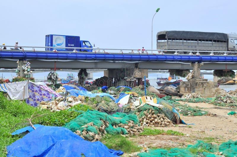 贫民窟在桥梁下在芽庄市市 免版税库存照片