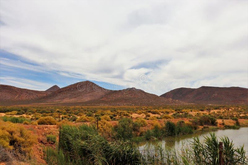 贫瘠和落矶山脉风景在Touws河 免版税库存照片