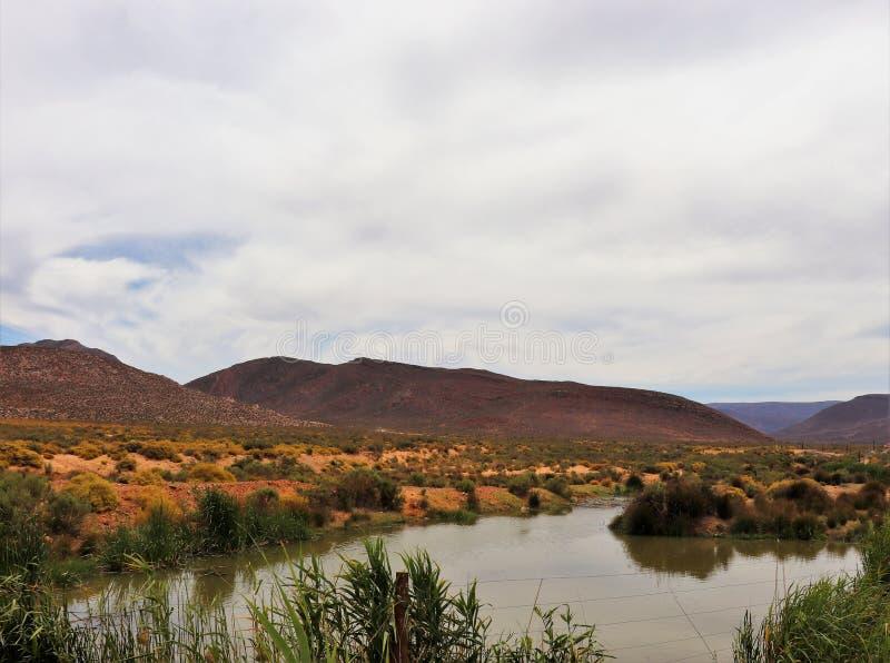 贫瘠和落矶山脉风景在Touws河 库存图片