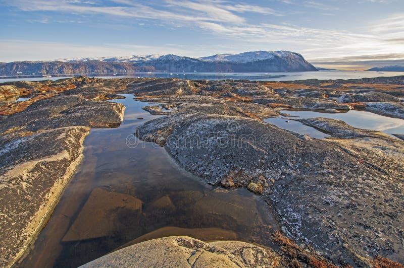贫瘠岩石和Tundar池塘在北极 免版税库存照片