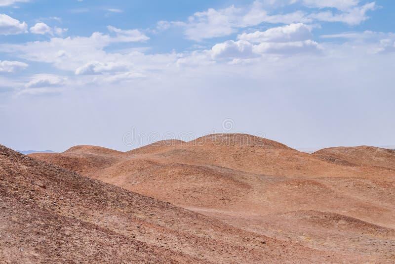 贫瘠隔壁滩风景在杨通行证历史站点的天空下,在阳关,甘肃,中国 库存图片