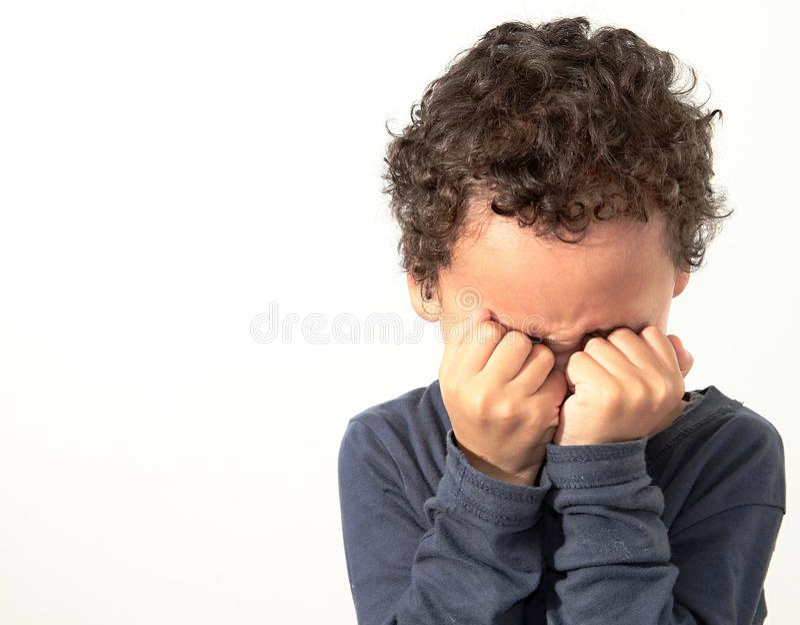 贫穷男孩哭泣 库存图片