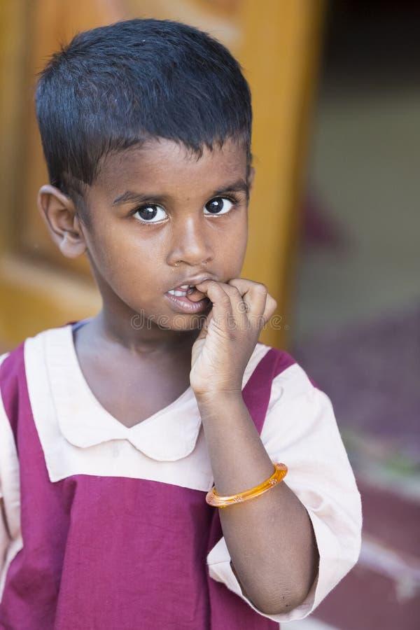 贫穷,一个可怜的矮小的印地安儿童女孩的画象在深刻的想法丢失了 图库摄影