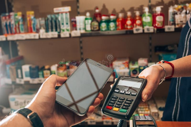 购买和付款物品的使用NFC 免版税库存照片