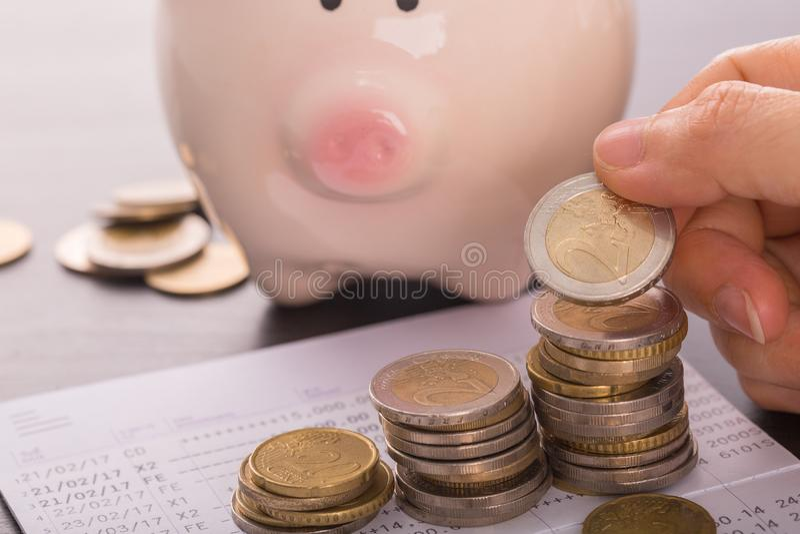 购买房地产房子的储蓄金钱 免版税图库摄影