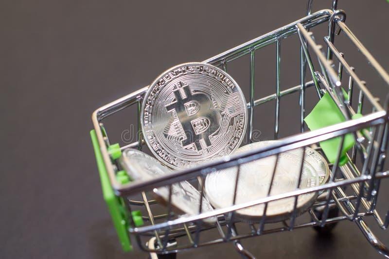 购买的商店台车与bitcoins 隐藏货币bitcoi 库存照片