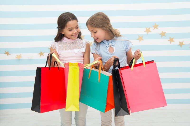 购物与最好的朋友概念 女孩喜欢购物 孩子愉快的小女孩举行购物袋 喜欢购物与 库存图片