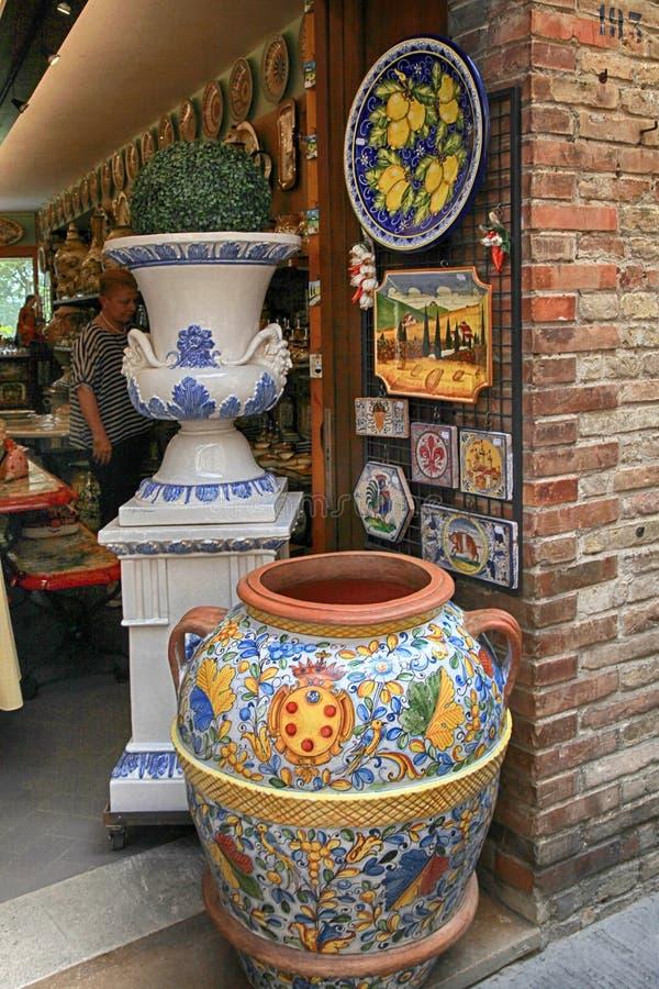 购物与色彩强烈陶瓷在圣Gimignan中世纪镇  图库摄影
