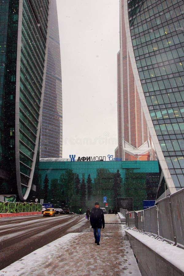 购物中心Afi购物中心的看法在商业中心`莫斯科市`的复合体的在一冬天多雪的天 免版税库存图片