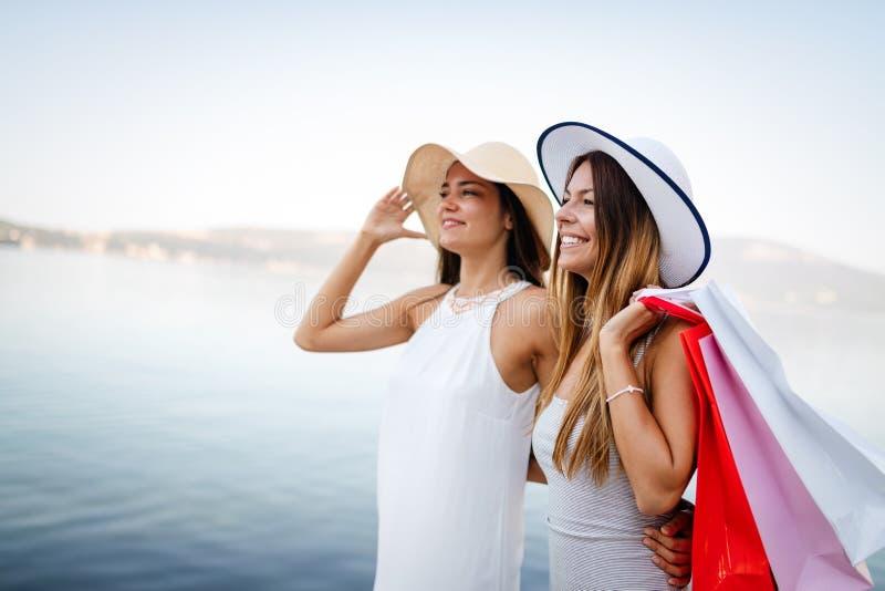 购物和旅游业,假期,愉快,朋友,人概念 有购物带来的美女 库存图片