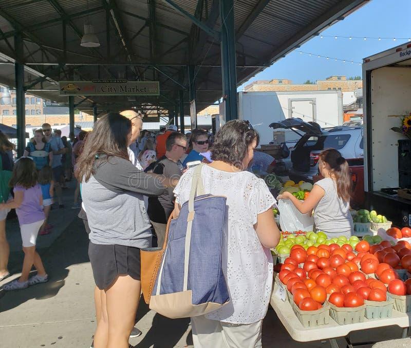 购物在农夫市场上的人们过周末堪萨斯密苏里 免版税库存照片