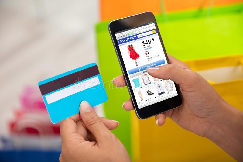 购物在网上在智能手机的妇女 库存照片