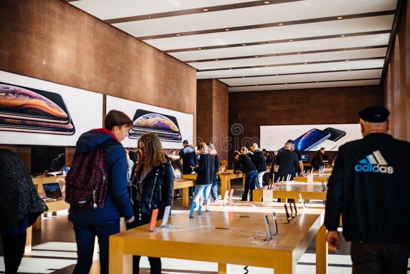 购物在苹果计算机商店里面的人们 免版税库存图片