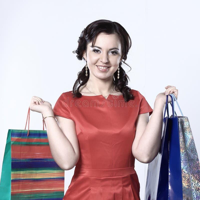 购物妇女藏品袋子,查出在空白工作室背景 免版税库存照片