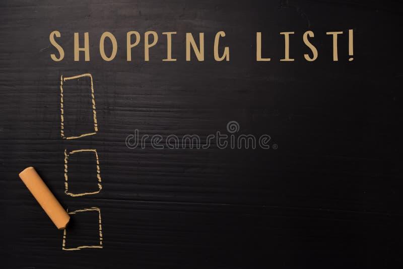 购物清单!写与颜色白垩 支持由附加业务 黑板概念 库存图片