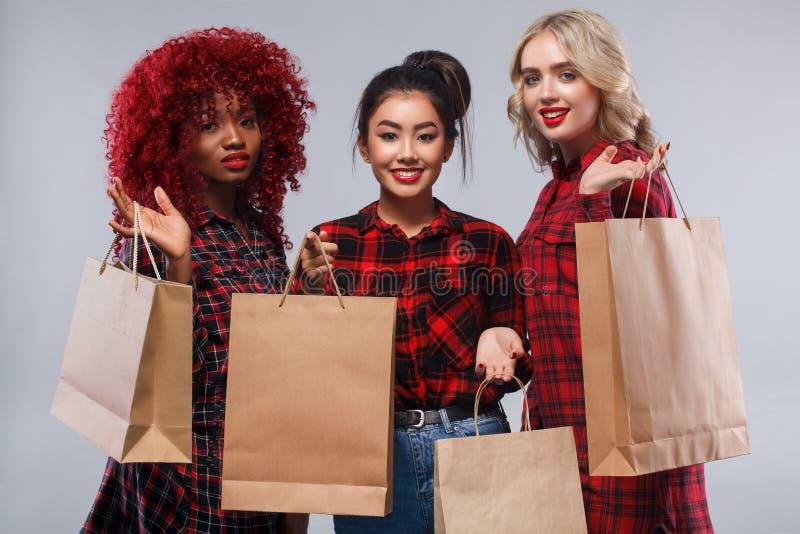 购物的三名妇女黑星期五假日 库存图片