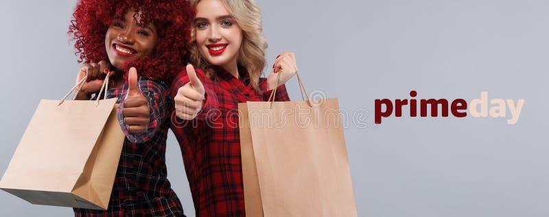 购物的两名妇女在黑星期五和头等天假日 与拷贝空间的销售概念 免版税库存照片