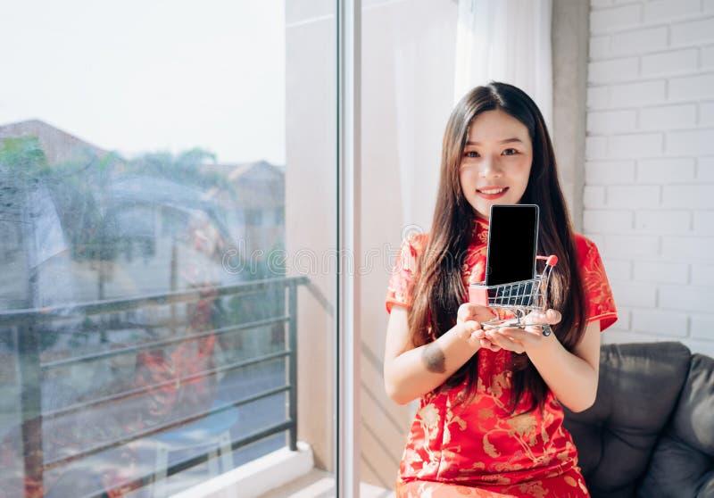购物的亚裔妇女中国礼服 免版税库存照片