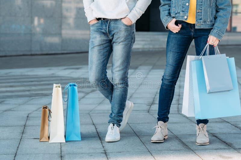 购物的时间夫妇偶然休闲腿袋子 库存照片