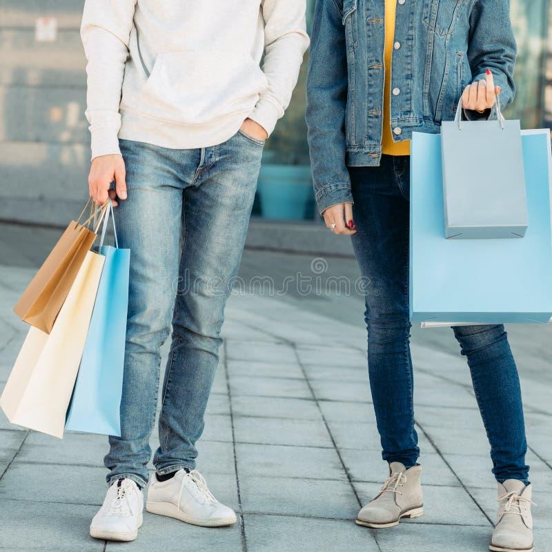 购物的时间夫妇偶然休闲腿袋子 免版税库存照片