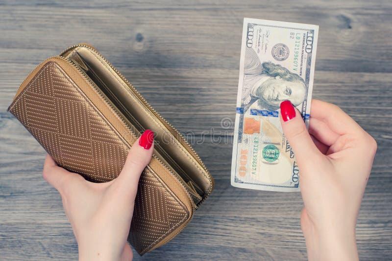购物的概念 关闭妇女采取金钱的` s手照片  免版税库存图片