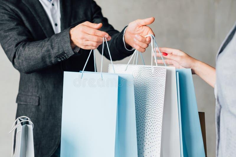 购物的生活方式黑色星期五夫妇纸袋 库存图片