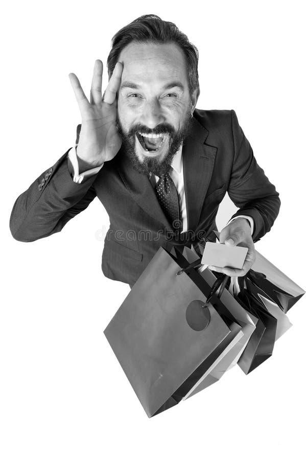 购物的疯狂的折扣时间 惊奇销售期间 与购物袋的可爱的商人和信用卡在手上 库存照片