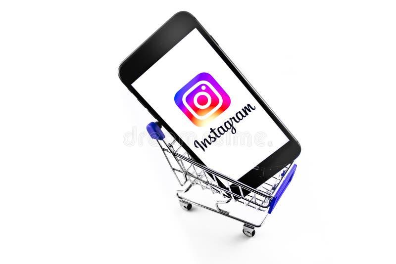 购物车中带有Instagram徽标的IPhone 库存照片