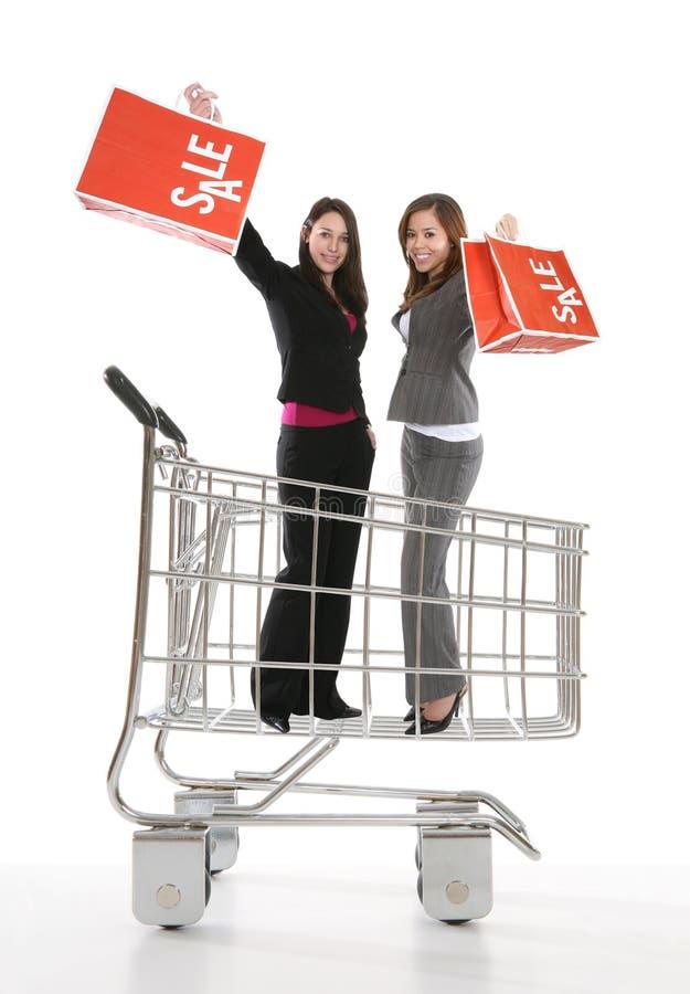 购物车俏丽的购物妇女 免版税库存照片