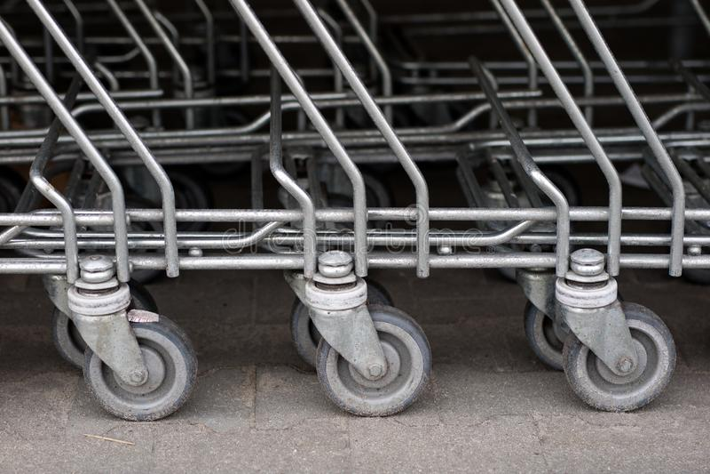 购物车台车被安置在市场下 购物 免版税库存图片