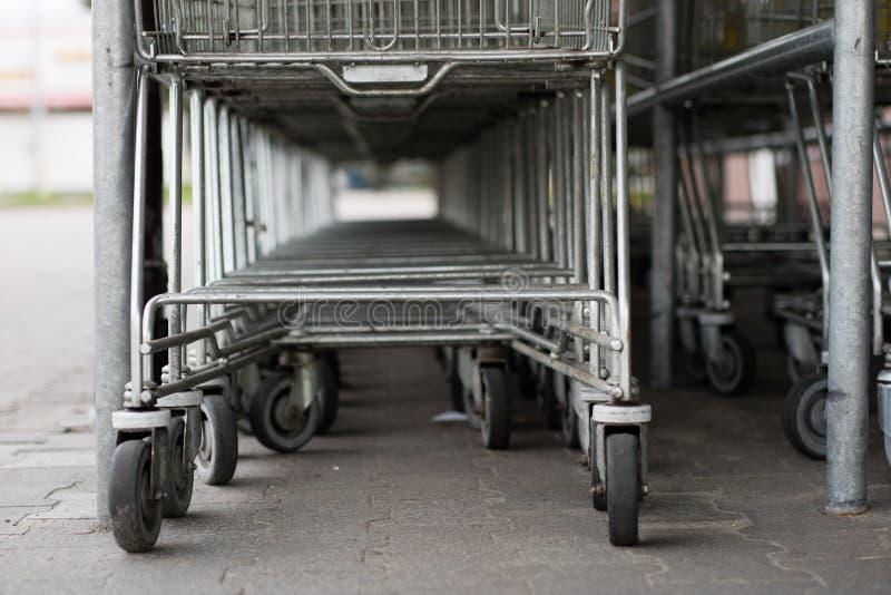 购物车台车被安置在市场下 购物 图库摄影