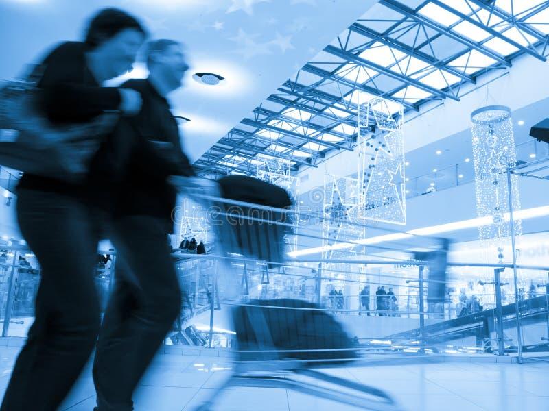 购物车夫妇购物超级市场 免版税库存图片