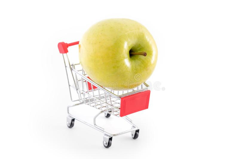 购物车用在白色的大绿色苹果 从超级市场的买的果子 自助超级市场充分的购物台车推车 免版税库存图片