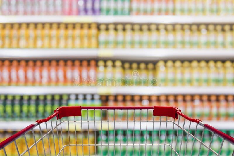 购物车视图在有饮料的超级市场搁置 免版税库存照片