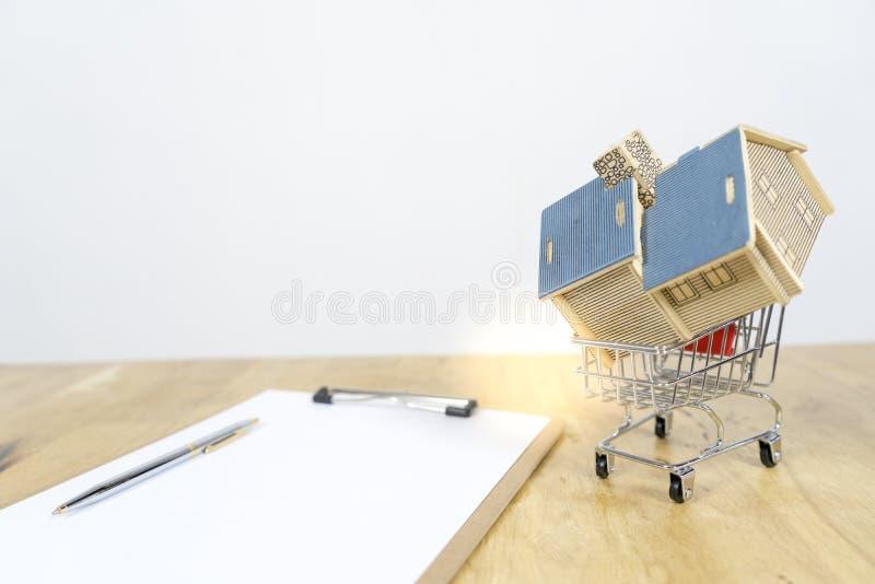 购物车购买合同的议院房子,如何适合房主,关于网上购物的概念,买卖房子 免版税库存照片