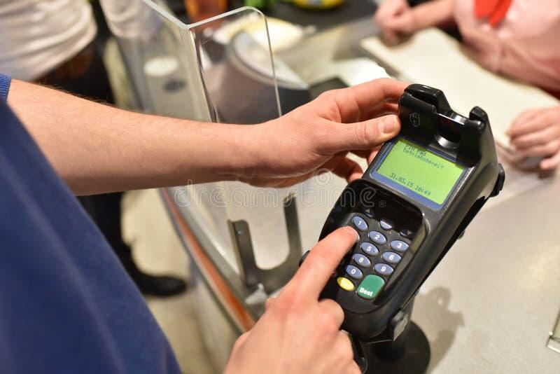 购物食物在超级市场-结算离开支付的人们 免版税图库摄影