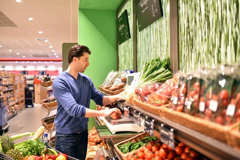 购物食物的人们在超级市场 库存照片