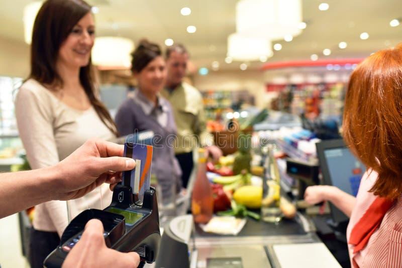 购物食物的人们在超级市场 免版税图库摄影
