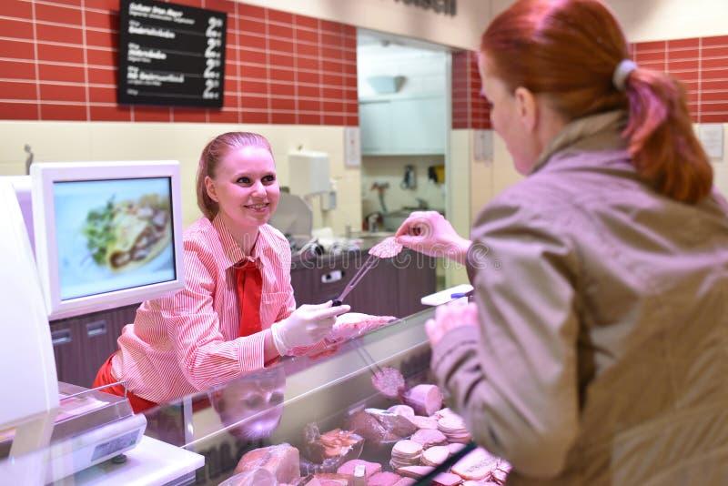 购物食物的人们在超级市场 免版税库存图片