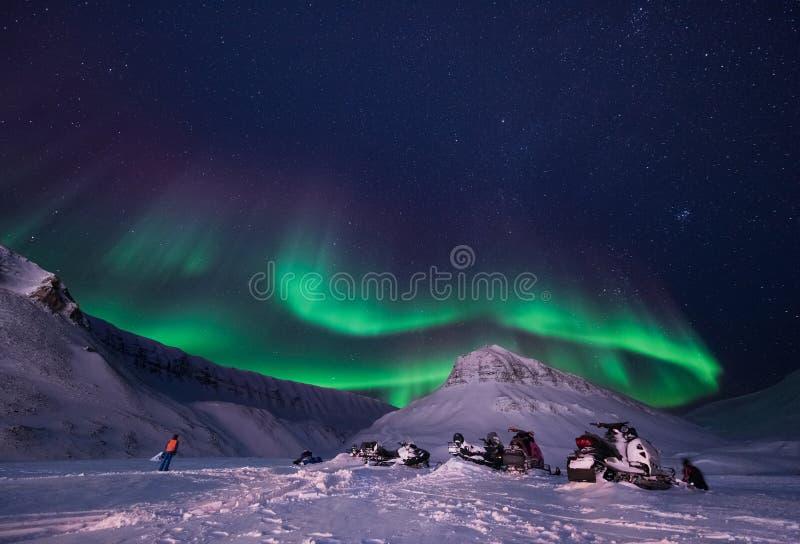 贴墙纸挪威卑尔根群岛朗伊尔城大月亮斯瓦尔巴特群岛极性夜山的风景本质与北极的 免版税图库摄影